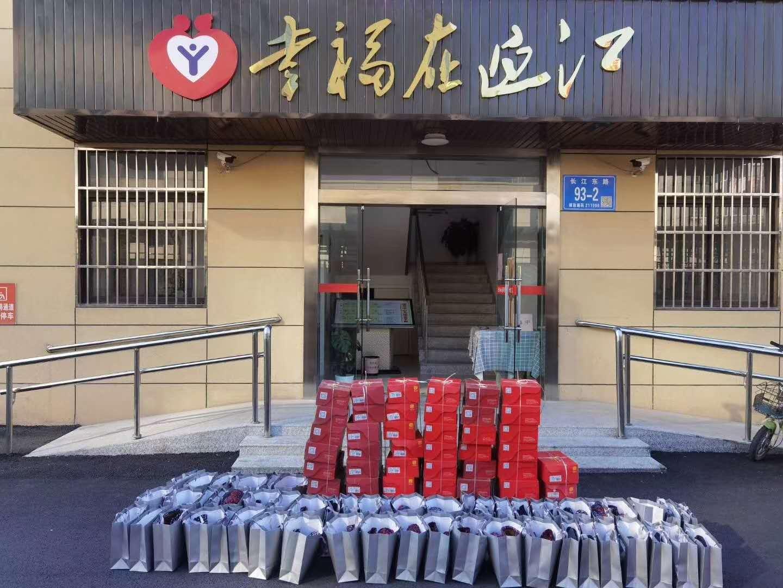 京城印象公益行---重阳节给迎江社区老人送棉鞋